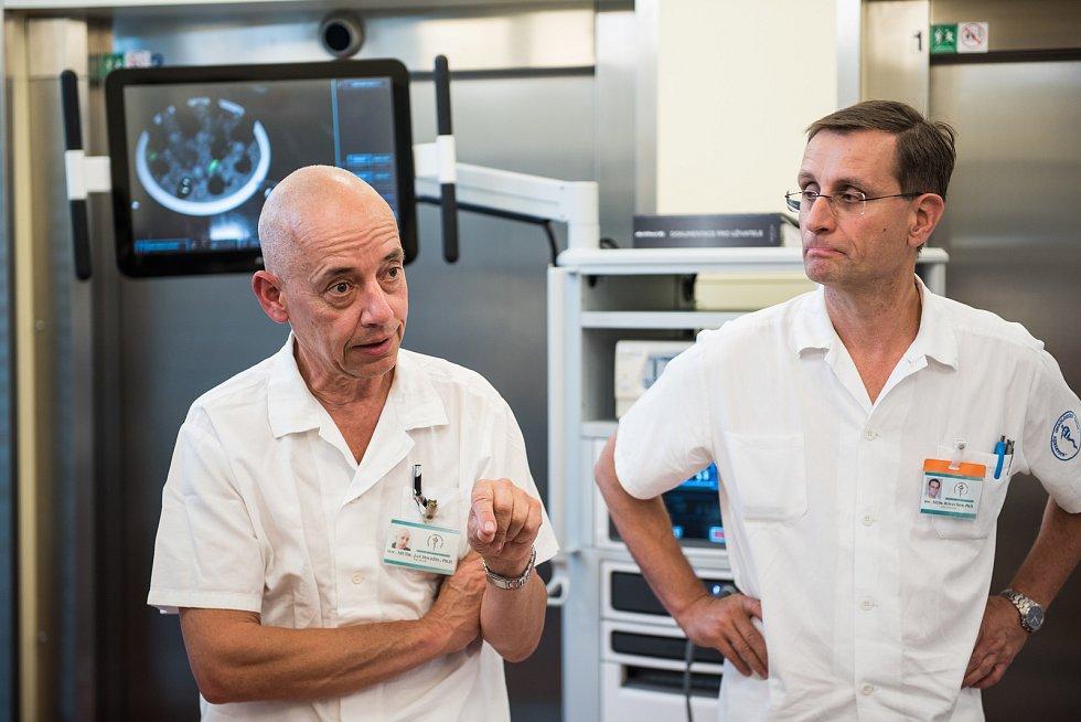Operační robot stál více než 60 milionů korun. Chirurgové mohou operovat nádory v Brně, nemusí i s pacienty dojíždět šedestá kilometrů do nemocice v Mostišti. Lékaři by s jeho pomocí mohli ročně provést zhruba 200 až 300 operací. Robot má čtyři ramena, z