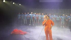 Aktivisté ze skupiny Slušní lidé přerušili představení před scénou, kde Ježíš znásilňuje muslimku.