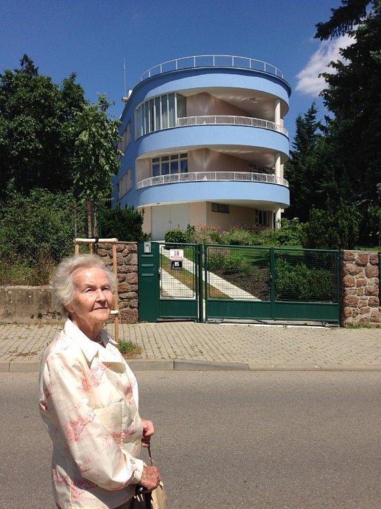 Pamětnice Marie Straková u takzvané Tesařovy vily v brněnských Pisárkách. Na střeše této vily se jako dívka kdysi fotila.