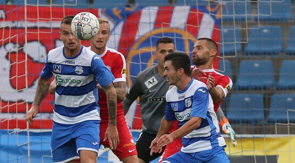 Fotbalový zápas mezi Ústím a Zbrojovkou Brno (v červeném) skončil nerozhodně 2:2.