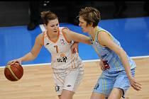 Královopolské basketbalistky posílila křídelní hráčka Monika Satoranská (vlevo).