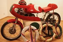 Výstava obrazů motorek Teodora Rotrekla v Galerii Brno.