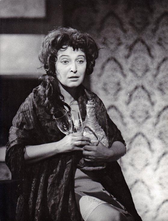 Helena Kružíková jako švadlena Serafina delle Rosová v inscenaci Národního divadla Brno Vytetovaná růže v roce 1970.