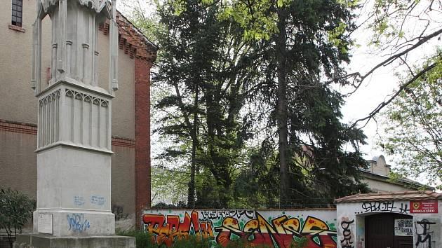 Malý park v Křenové ulici, ve kterém Zderadův sloup stojí, ale neslouží k odpočinku kolemjdoucích. V místě je nepořádek, graffiti na stěnách i na Zderadově sloupu, bezdomovci a narkomani.