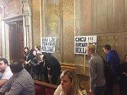 Chcu Brno bez Hollana! Kdo lže, ten Krade, Hollane! Několik desítek lidí s transparenty dorazilo v úterý na jednání brněnského zastupitelstva a vyzvalo náměstka primátora Matěje Hollana k rezignaci.