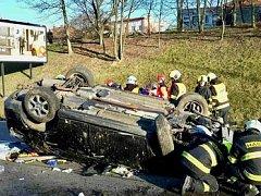 Nehoda uzavřela Hradeckou ulici. Řidiče museli vyprošťovat hasiči.
