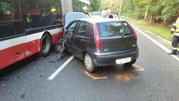 Auto se ráno srazilo s trolejbusem. Jedna žena je zraněná