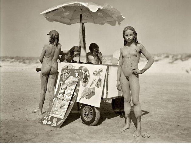 Fotografie Jocka Sturgese nazvaná Tracey, Estelle, Mylene et Sophie. Montalivet, France, 1994.