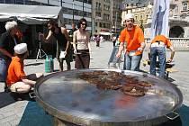 Dobrovolníci z Hnutí Duha ve čtvrtek na náměstí Svobody rozdávali Brňanům bramboráky. Smažili je na dvoumetrové pánvi, kterou si půjčili z Muzea rekordů a kuriozit v Pelhřimově.