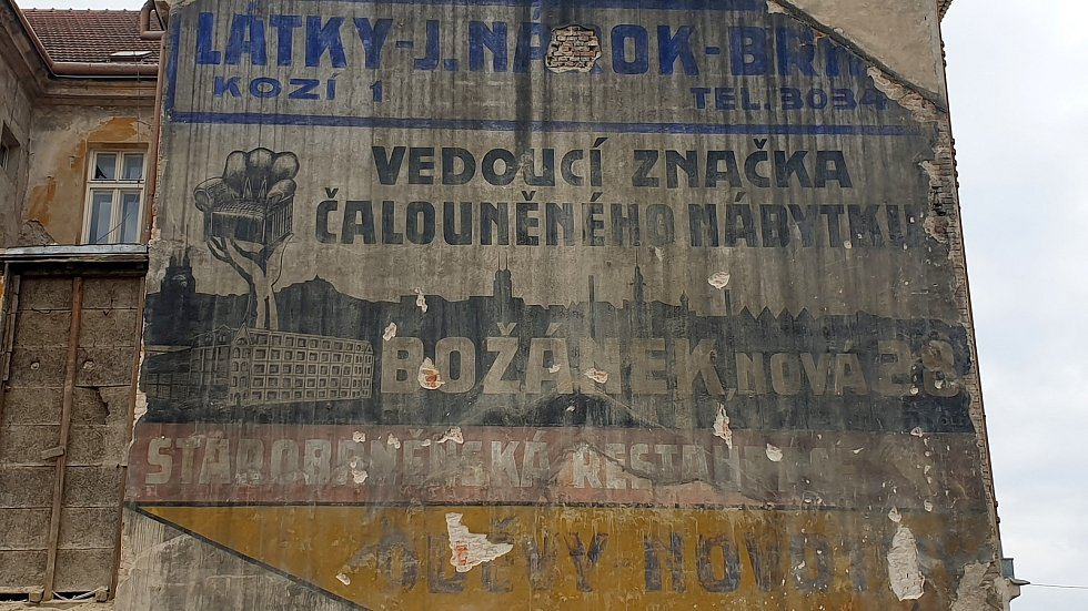 Bourání kvůli výstavbě VMO Tomkovo náměstí odkrylo dobovou reklamu ze třicátých let na zdi husovické sokolovny.