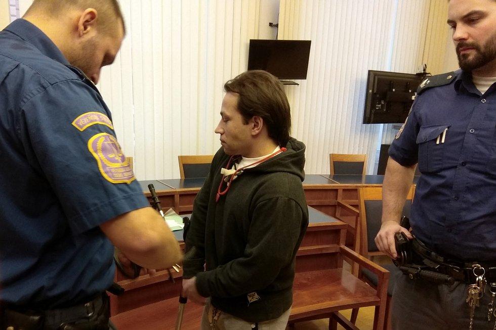 Antonín Štraubert je obžalovaný z vraždy dvou starších lidí v rodinném domě v Břeclavi. Případ začal projednávat v pátek krajský soud.
