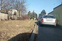 Dělníci staví ve Šlapanicích na Brněnsku šestnáct nových parkovacích míst. Jedno z nich bude pro invalidy.
