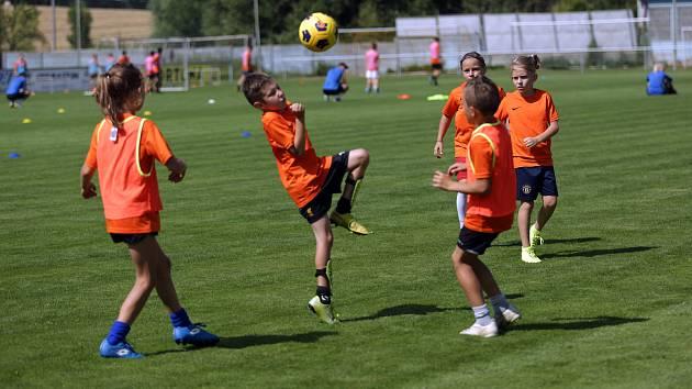 Fotbalový kemp malých fotbalistů v Rosicích pod patronací Petra Švancary.