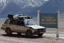 Tři muži v žigulíku. Brněnští studenti si hornatým Tádžikistánem razí cestu do mongolského městečka. Vezou překvapení pro místní školáky.