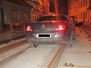 Jedenačtyřicetiletý řidič v sobotu pozdě večer najel na koleje v uzavřené a rozkopané brněnské Valchařské ulici, odkud ale nakonec museli jeho auto vyprošťovat.