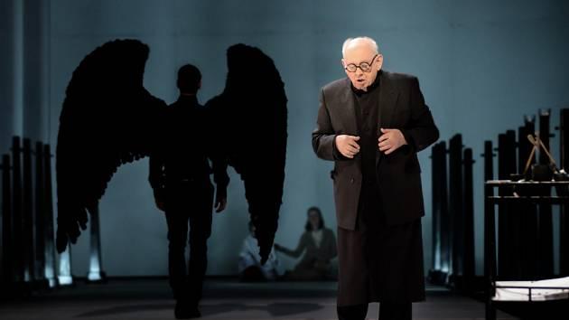 Roli kostelníka zpívá a hraje třiaosmdesátiletý Richard Novák.