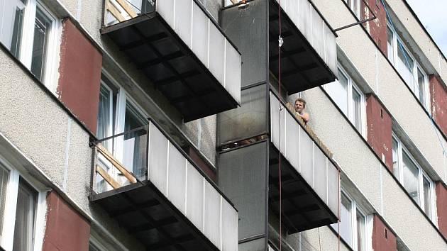 Oprava balkónů v Milénově ulici v brněnské Lesné.