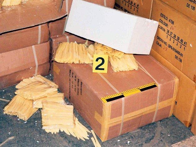 Uvnitř kamionu celníci objevili nekolkované cigarety.
