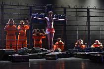 Ježíš v brněnské hře znásilňuje muslimku. Lidé protestují
