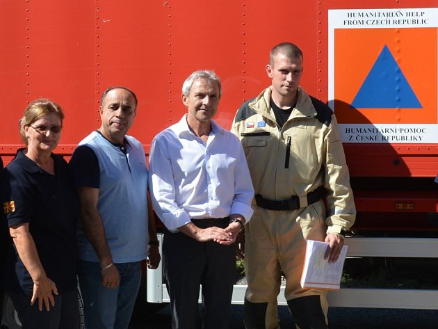 Velitelem českého humanitárního konvoje v Makedonii byl brněnský hasič Ondřej Šesták (vpravo na kraji).