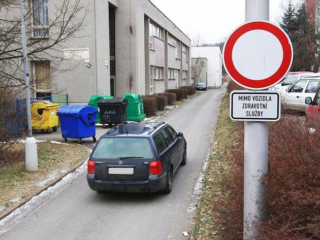 Auta z Olbrachtova náměstí v Komíně jezdí přímo kolem vchodu do školky.