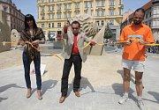 Mohutný pískový kvádr s vymodelovaným vnitřním schodištěm určila odborná porota za vítěze soutěže Golden sand festival. Autorem sochy je Slovák Martin Pokorný (na snímku).