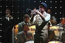 Na Hlavním koncertě Moravia Music Festu v Sono centru se představil B Side Band s Bandleadrem Josefem Buchtou a vokálním triem z Anglie The Puppini Sisters. V publiku seděl zpěvák Vojtěch Dyk, který se v půlce koncertu přesunul na jeviště a také zazpíval.