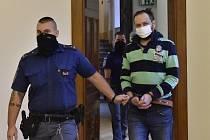Miroslav Maňák (vpravo) přichází k jednání Krajského soudu v Brně, který se 2. února 2021 začal zabývat obžalobou z vraždy, jež měla zakrýt jiný trestný čin. Stala se v lednu 2015 na Hodonínsku. Zdroj: ČTK
