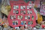 """. Maturanti ze třídy 4.A Obchodní akademie Pelhřimov se na tablu nechali na jednom snímku vyfotit v běžné """"civilní"""" podobě a druhé fotografii s výrazným líčením."""