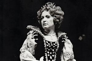 Helena Kružíková jako Alžběta Anglická ve stejnojmenné inscenaci Národního divadla Brno v roce 1972.