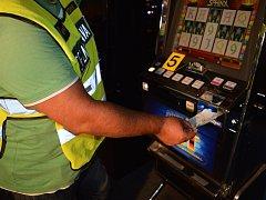 Desítky nelegálních hracích automatů a pětatřicet tisíc korun zabavili celníci ve čtyřech kontrolovaných hernách v Brně za jednu noc.