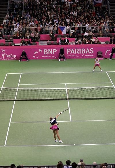 V zahajovacím duelu nestačila Petra Cetkovská na slovenskou jedničku Dominiku Cibulkovou. Za hodinu a 48 minut jí podlehla 5:7 a 3:6. Přitom ještě první set naznačoval, že by fedcupová debutantka mohla Slovenku zaskočit.