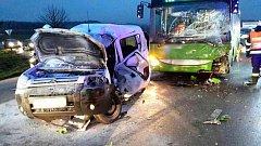 Ranní nehoda autobusu a osobního auta u Podolí omezila provoz na silnici č. 430.