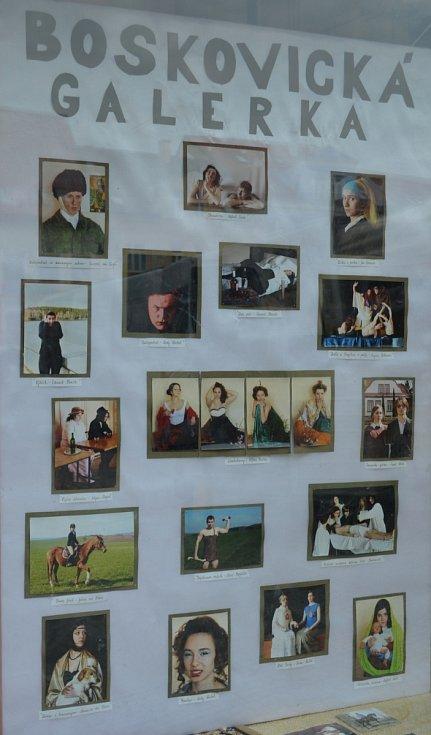 Maturanti z oktávy Gymnázia Boskovice si jako téma na tablo vybrali parafráze známých obrazů. Třeba Dámu s hranostajem nebo Výkřik.