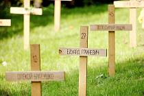 Symbolický hřbitov Nebeské setiny v brněnském parku na Špilberku. 107 dřevěných křížů odkazuje na oběti kyjevského majdanu.