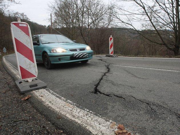 Problémy jsou v místě už od loňského prosince. Tehdy silnice v Rakovecké ulici v brněnské Bystrci praskla.