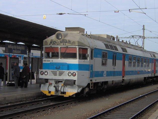 Elektrická pantografová jednotka 560, která jezdí na jihomoravských tratích.