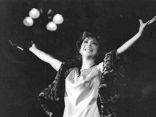 Eva Veškrnová sbírala úspěchy mezi muzikálovými hvězdami. Divadelní pódia pak kvůli nemocem opustila a začala se věnovat propagaci zdravého životního stylu.