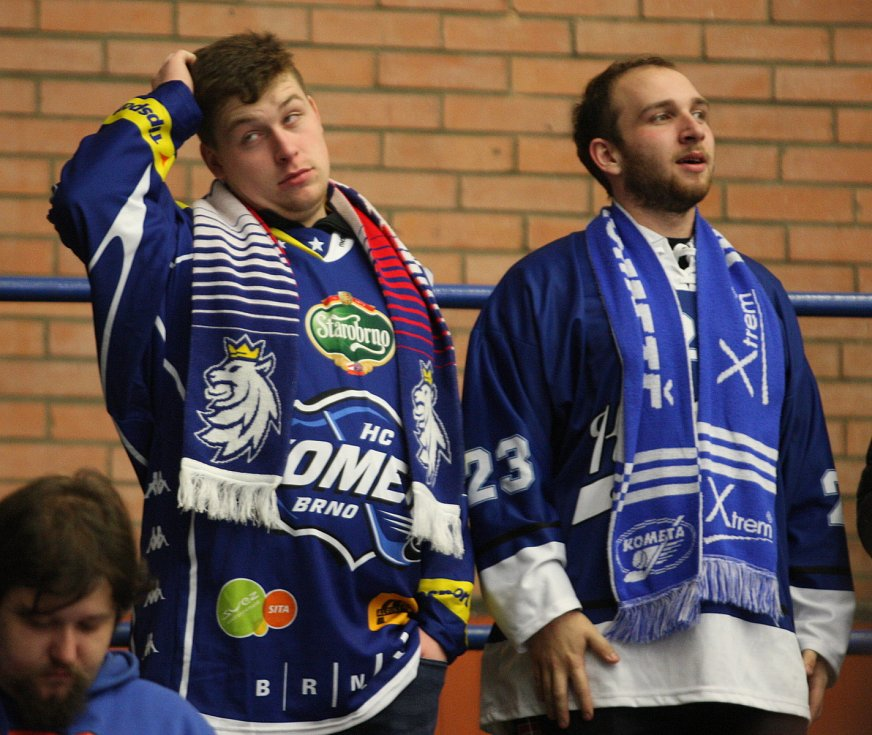 Extraligoví hokejisté PSG Berani Zlín (ve žlutém) v dohrávce 47. kola hostili brněnskou Kometu.
