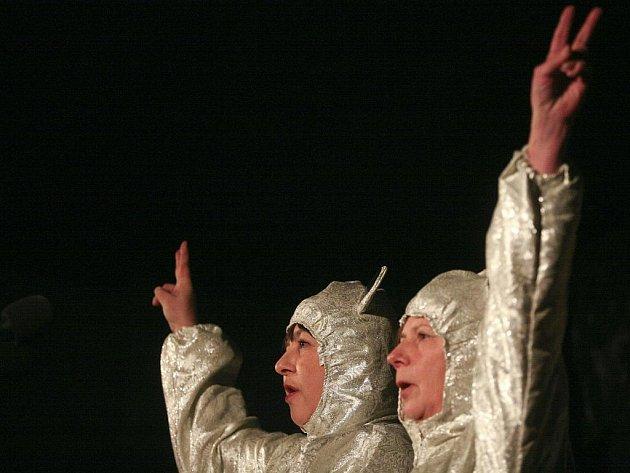 Ani ženy, ani zvířata, ale polohluché Sestry Medvědy zpívaly o tom, že nic neumí a ničím nebudou (na snímku Marie Ludvíková a Lenka Zogatová).