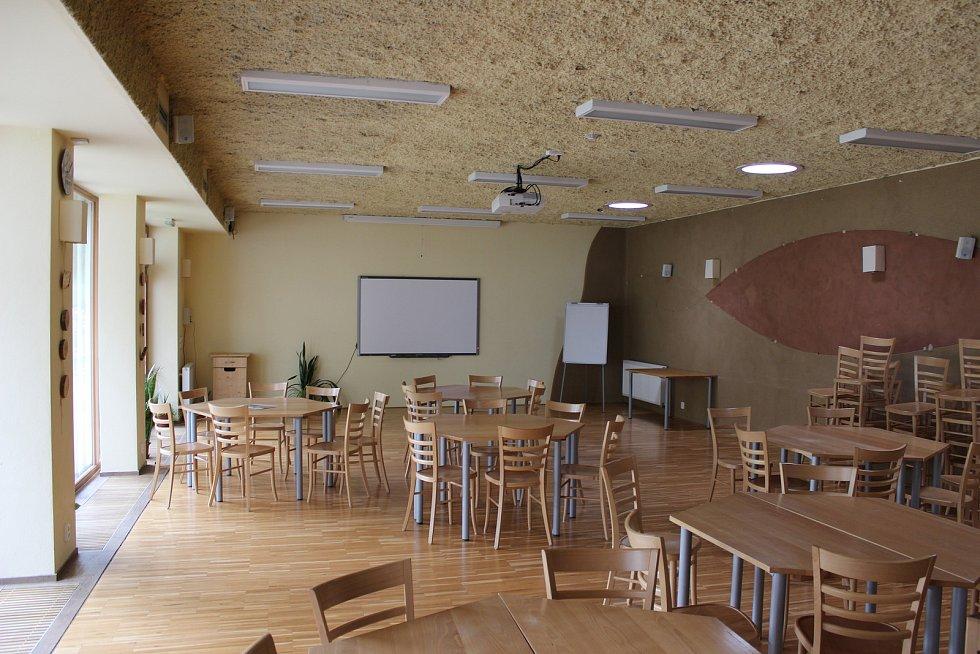 Kaprálův mlýn se zabývá ekologickou výchovou. Na snímku je velký přednáškový sál.