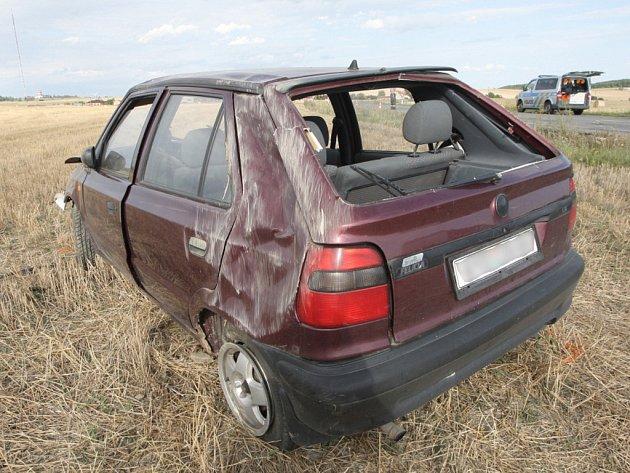 Mladá řidička pravděpodobně jela rychleji, než měla. Auto otočila na střechu.