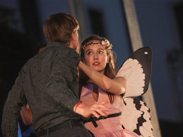 Slavnou Shakesparovou tragédií Romeo a Julie odstartovaly v pondělí večer Letní shakespearovské slavnosti na brněnském hradě Špilberk.