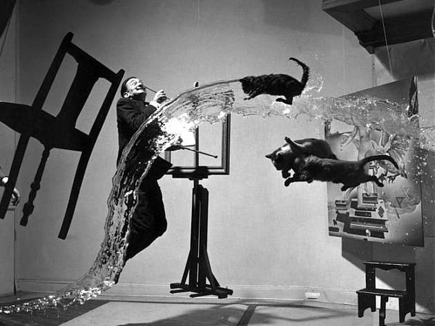 Jeden z nejznámějších snímků zachycujících Salvadora Dalího v roce 1948 pořídil americký fotograf Philippe Halsman.