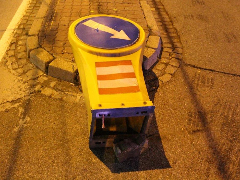 Rychlá jízda přilákala pozornost policejní hlídky v pátek večer v brněnském Komíně. Ještě než řidiče stihli policisté zastavit, u zastávky Svratecká havaroval a poškodil dopravní značku, trolejové vedení a přilehlý dům.