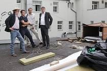 Oprava střechy brněnského Divadla Bolka Polívky má zlepšit ovzduší v sále. Ve středu přišel práci dělníků zkontrolovat i Bolek Polívka.