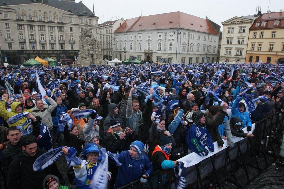 Fanoušci Komety na brněnském Zelném trhu.