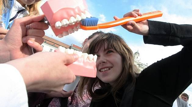 Jak správně čistit zuby předvedli na náměstí Svobody v Brně kolemjdoucím budoucí stomatologové.