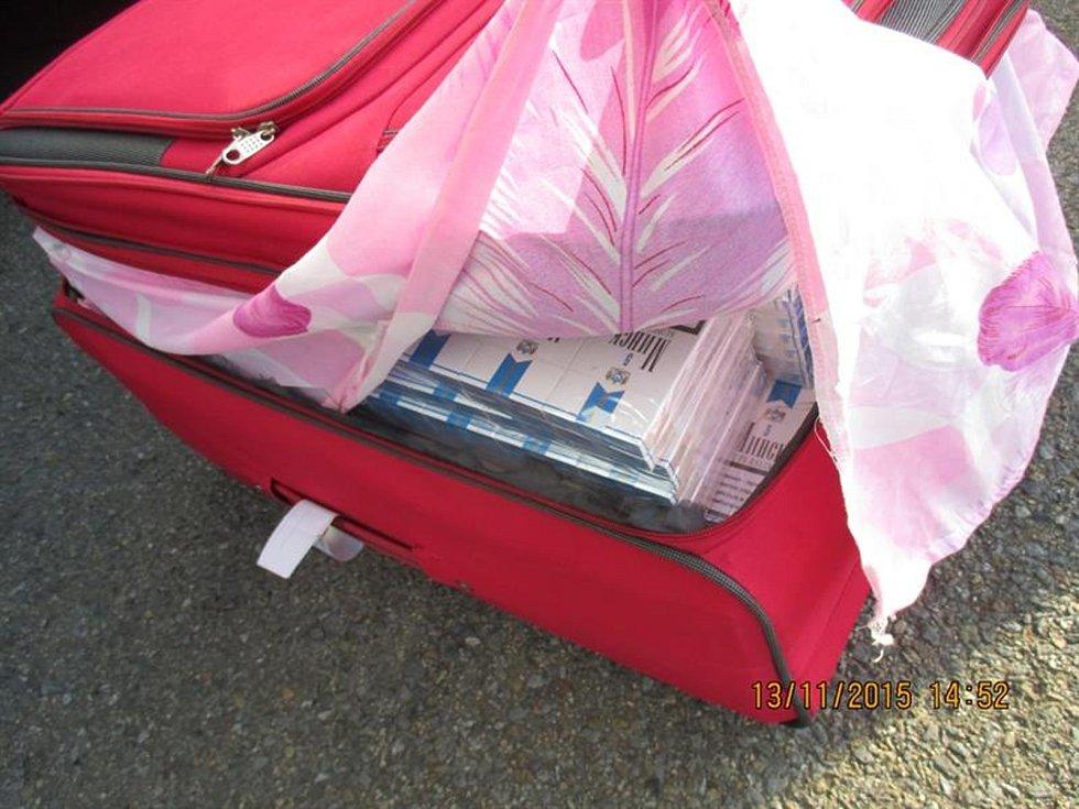 Autobus plný vůní zajistili jihomoravští celníci minulý pátek nedaleko Mikulova na Břeclavsku. Padělky parfémů a neoznačené cigarety i tabák objevili mezi zavazadly. Únik na daních by přesáhl milion korun.
