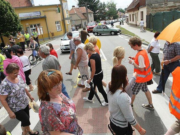 Obyvatelům brněnské městské části Bosonohy se nelíbí, že s nimi nejedná ministerstvo dopravy. To zrušilo výjimku o zpoplatnění dálnice D1 v úseku mezi Kývalkou a Rosicemi. Na neúnosný stav dopravy se rozhodli ukázat hodinovou blokádou hlavního tahu.